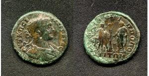 """(№ ……) 14.1.  ГЕТА  (209-212г. сл.Хр.)  АЕ 29;   15,5гр. А.  АVТ К П СЕ….ГЕТАС  (бюст на императора с лавров венец, броня и наметало надясно) R.  ФІΛІППОПО В отреза: ЛЕІТΩN (Висока колона със статуята на Аполон Кендризийски отгоре, държащ патера и лък.. В дясно от нея – императорът в тога принася жертва над пламтящ жертвеник. Вляво от колоната – жертвоприносител поставя върху главата на бик венец, а в дясната си ръка държи брадва.) Забележка: Вж. Иван Върбанов """"Гръцки императорски монети"""", Изд. """"Адиком"""", Бургас 2002г., т.ІІІ, кат № 1412"""